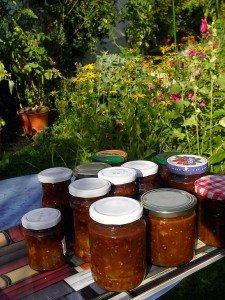 Fertiges Grüne-Tomaten-Chutney in Gläsern