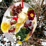 Ein 30cm Eistaler mit darin mit gefrorenen Blumen und Beeren