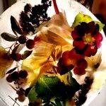 Blätter und Blüten im durchscheinenden Eistaler