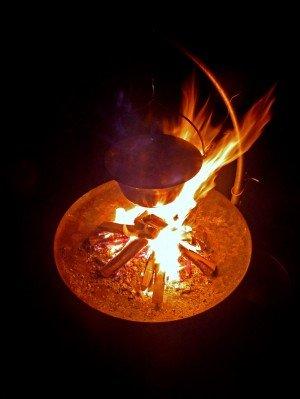Eintopf im Kessel über dem offenen Feuer