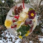 Gefrorene Eisplatte mit Blütenblättern