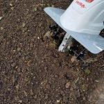 Nahaufnahme der nBodenhacken mit feingrümmeligen Gartenboden
