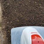 Nahaufnahme der Bodenhacke und Gartenboden