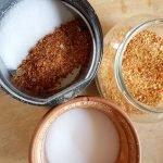 Zutaten für das Chilisalz und Kaffeemühle