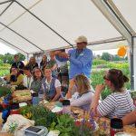Die Gartenblogger sitzen am Zisch und schauen zum Vortragenden