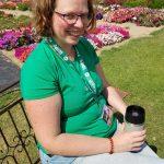Gartenblogger Izabella beim Kaffetrinken