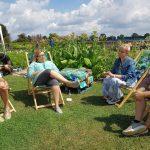Gartenblogger sitzen im Kreis und diskutieren