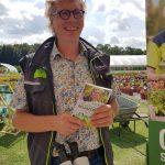 Bild vom Pflanzendoktor mit Buch beim Treffen der Gartenblogger