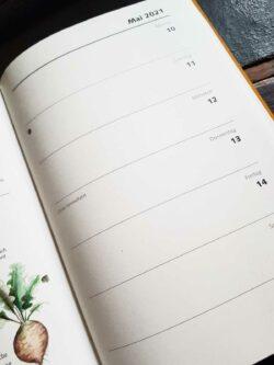 Aufgeschlagener Gartenkalender