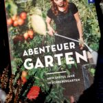 Buch in verschneitem Garten